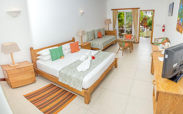 MLS_bed-breakfast-accommodation-seychelles_family-room-bnb_slider_(12)